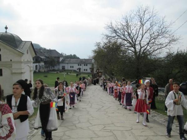Constantin Brâncoveanu s-a întors acasă. Peste 1.000 de preoţi şi credincioşi au întâmpinat racla cu moaştele domnitorului