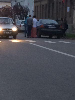 Alegeri prezindenţiale 2014 la Carei. Două maşini poartă rromi de dimineaţă la secţia de votare 75 sub privirile nepăsătoare ale institutiilor statului