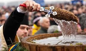 Agheasma, apa sfinţită primita la Bobotează. De ce nu se strică şi pentru ce poate fi folosită