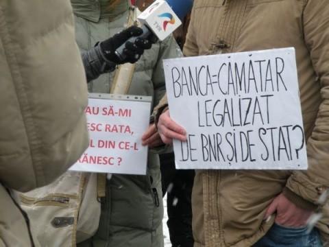"""Sute de cetăţeni din 5 judeţe,nu şi Satu-Mare, au scandat la Cluj-Napoca împotriva """"bancherilor cămătari"""" şi împotriva lui Mugur Isărescu"""