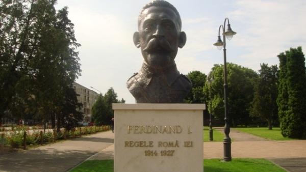 Cad literele de pe soclul Regelui Ferdinand din municipiul Carei