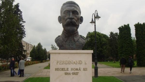 UPDATE la Primăria Carei în stand-by. Încă o zi fără litera lipsă de la bustul Regelui Ferdinand
