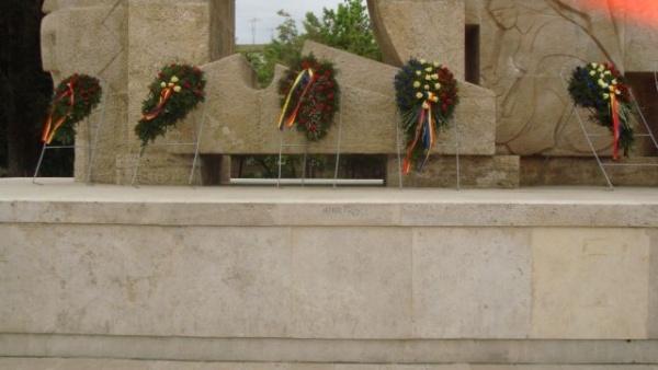 Monumentul Ostaşului Român, nesupravegheat şi  mâzgălit
