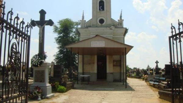 Pentru aleile cimitirului primăria nu găseşte 3826 euro dar aprobă 17.025 euro pentru un gard