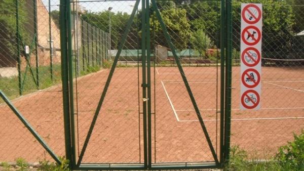 Cine nu iubeşte sportul la Primăria Carei? Terenuri de sport recepţionate dar închise cu lacăt