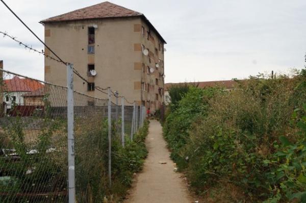 UAT Carei şi blocul său de locuinţe sociale din centrul oraşului