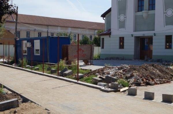 Curat-Murdar: Primăria Carei insistă să plătească peste 2.000 lei pentru un metru de gard