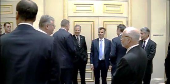 Președintele Klaus Iohannis salutat cu mâna în buzunar la New York de fostul ambasador american în România