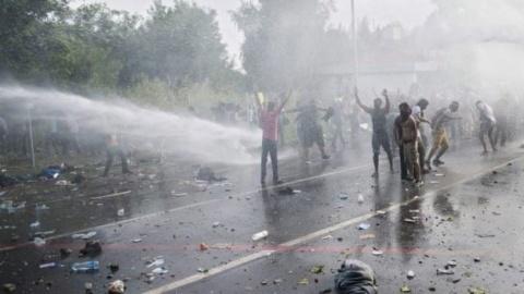 Violențe între imigranții musulmani și poliția ungară. 20 de polițiști au fost răniți iar doi copii au fost aruncați peste gard