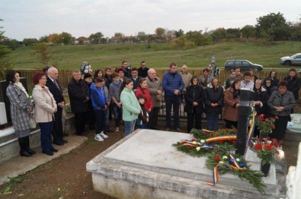 Academia Română şi ASTRA Carei au depus coroane la mormintele eroilor