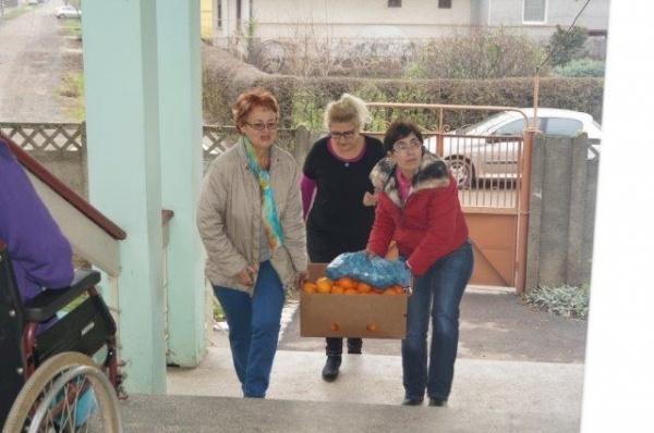"""Cadouri pentru bătrânii de la Centrul """"Alexandru"""" din Carei"""