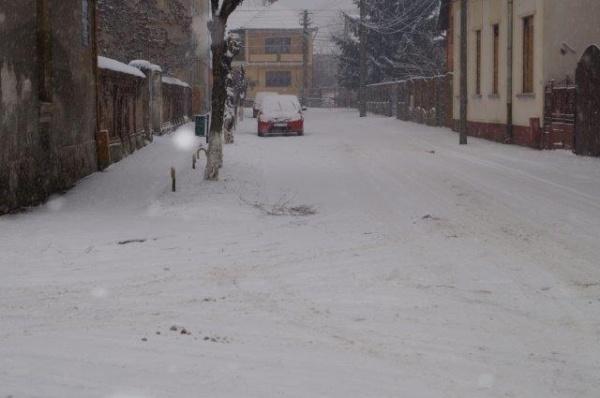 Alo, Primăria Carei? Afară ninge liniştit şi drumurile nu sunt curăţate ….