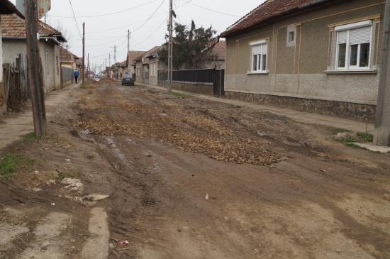 Pe strada Cerbului a  sosit piatra pentru gropi