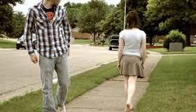 Cum rămâi fără portofel când eşti cu ochii după fete….
