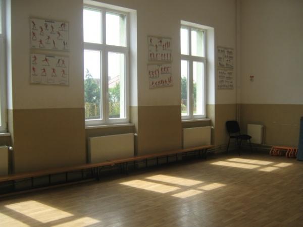 Primarul face diferenţa: la Petreşti şcoala are şi lift, la Carei sunt încă geamuri care se închid cu cuiul la propriu