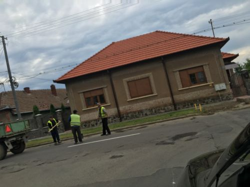 Incident fără precedent. Un angajat al primăriei Carei sare la un consilier care vrea să facă poze la lucrările de reparaţii drumuri