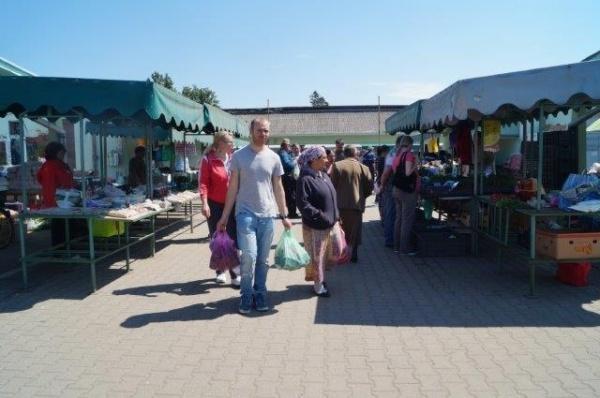 Nici o zi de vineri fără piaţă…au  apărut căpşunile