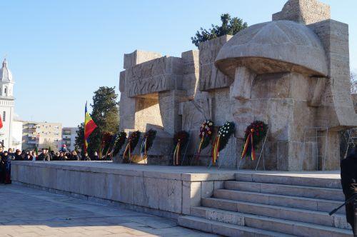 Carei, Ziua Armatei 2016. Reguli noi la depunerea de coroane la Monumentul camuflat de tuia de 9m