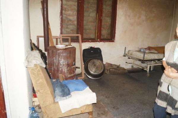 Dezumanizarea administraţiei careiene. Condiţii precare la locuinţele primăriei şi agresiuni fizice
