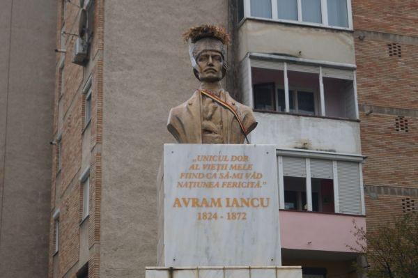 Bustul lui Avram Iancu batjocorit la Carei orașul  împărțit oficial în perimetre etnice