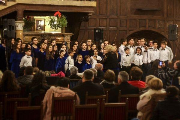 """Corul de copii """"Flori și stele"""" din București aplaudat la scenă deschisă"""