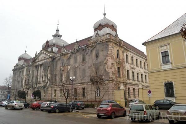 Fosta Policlinică Mare din Oradea, revendicată de un ordin călugăresc, rămâne în proprietatea judeţului Bihor