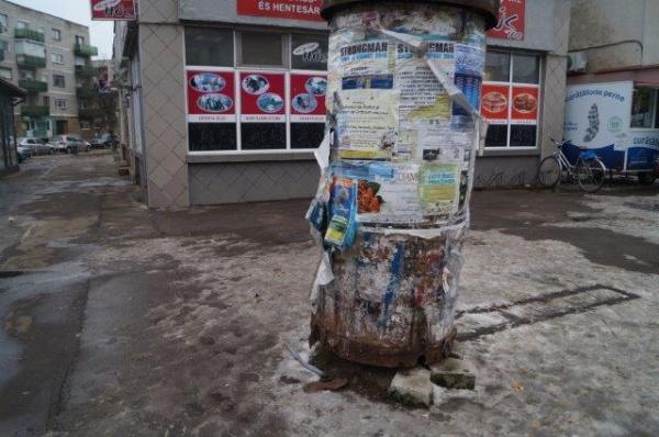 Tamburii de reclamă din centrul Careiului de aceiaşi vârstă cu geamurile de la şcoala Vasile Lucaciu