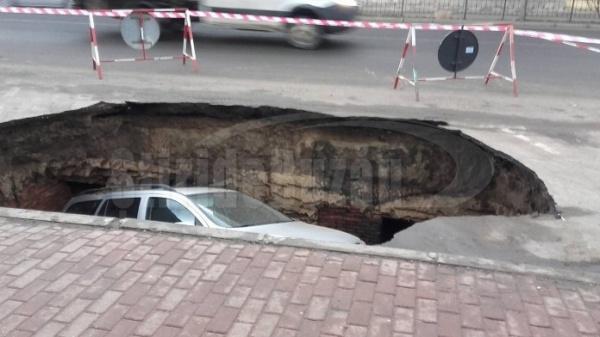 A parcat normal  iar apoi maşina a fost înghiţită de craterul format. Descoperire uriaşă
