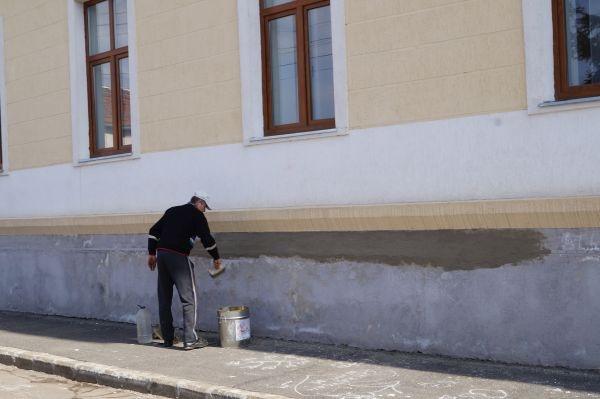 Centrul Social realizat din fonduri europene de 2 milioane de euro se crapă pe ici pe colo
