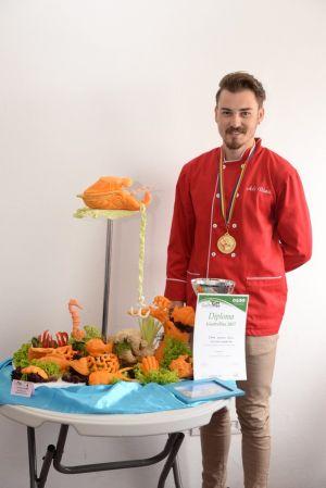 Un sătmărean câştigă secţiunea de sculptură în fructe şi legume de la expo GastroPan
