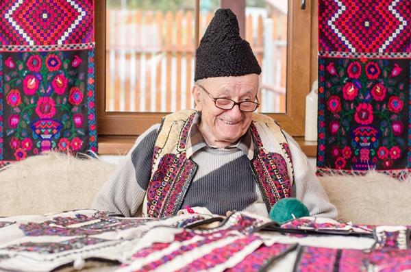 Dumitru Sofonea, printre ultimii meșteri cojocari ai României