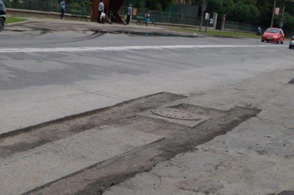 Revoltător! Drumuri harcea-parcea în Carei, pericol de accidente pe unele porţiuni asfaltate anul trecut pe milioane de euro