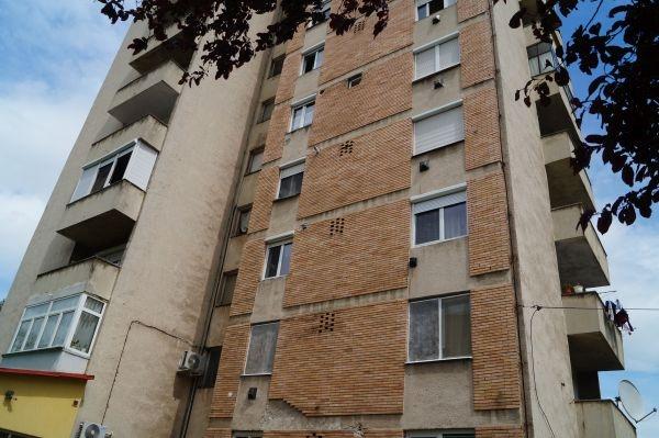 Un careian a căzut de la etajul 8