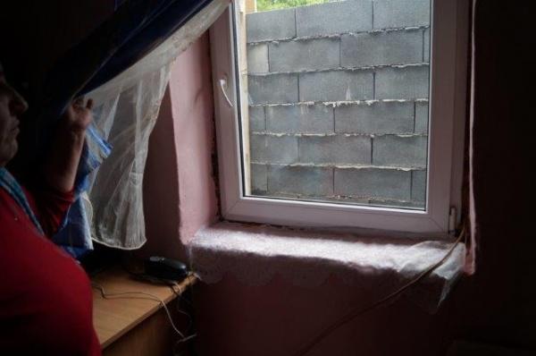 Război pe faţă! Inspectoratul în Construcţii din Satu Mare certifică închiderea geamului unei case din Tiream. Toată comuna are geamuri identice cu ale familiei Mateş
