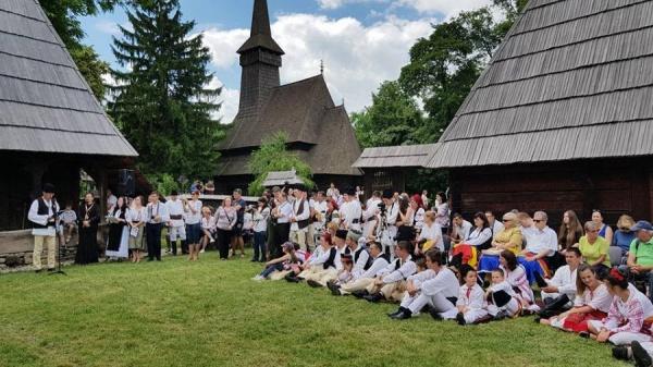 Prea multe drapele deranjează câţiva angajaţi de la Muzeul Satului din Bucureşti. Cine apără drepturile românilor din Carei?