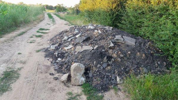 Careieni la datorie. Grămezi de bucăţi de asfalt şi beton în zona Grădina Viilor din Carei