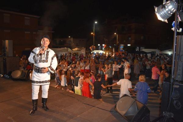 Horă românească în Piața Nassyria din  Roma, Italia