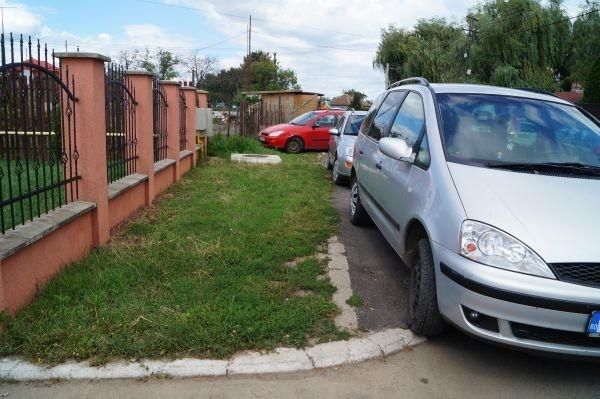 Pietonii pe şosea şi maşinile pe trotuare. Se întâmplă la Carei
