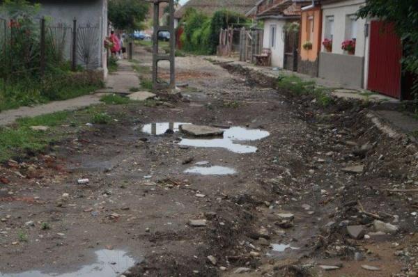 Strada Porumbeilor rămâne în continuare blocată traficului…Careienii uitaţi de Primărie