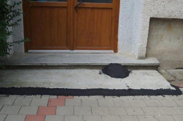 Mostră de asfaltare la o scară de bloc de pe strada Ady Endre din Carei
