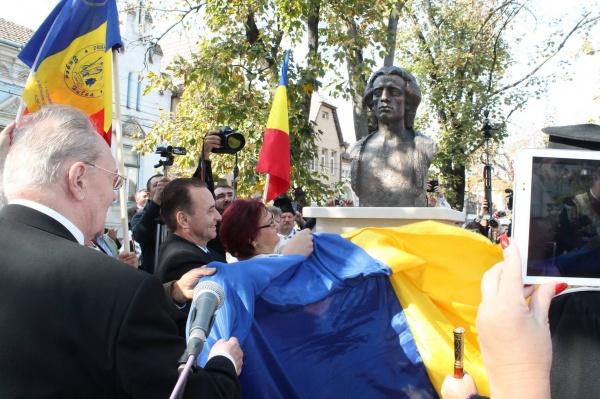 Dezvelirea bustului lui Mihai Eminescu de la Carei sub binecuvântarea Sfintei Parascheva