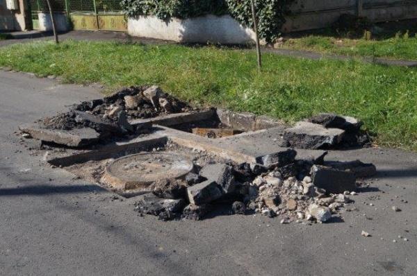 Atenţie şoferi! Lucrări nesemnalizate pe strada Albinelor  recent asfaltată