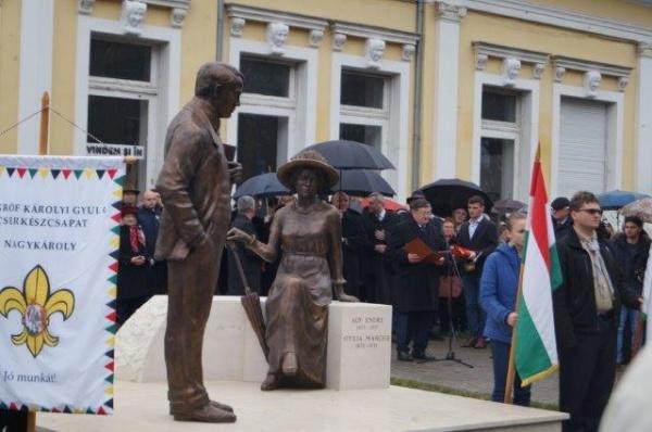 Grup statuar Ady Endre – Otilia Marchiş, simbol al ,,convieţuirii interetnice paşnice,, din Carei dezvelit  fără simboluri româneşti