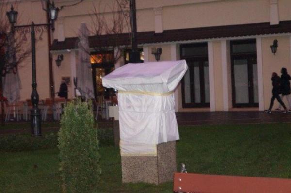 Primăria Carei şi guvernul de la Budapesta sprijină realizarea unui monument în Carei. Strada 1 Decembrie 1918 nu apare pe afiş ca loc  de amplasament