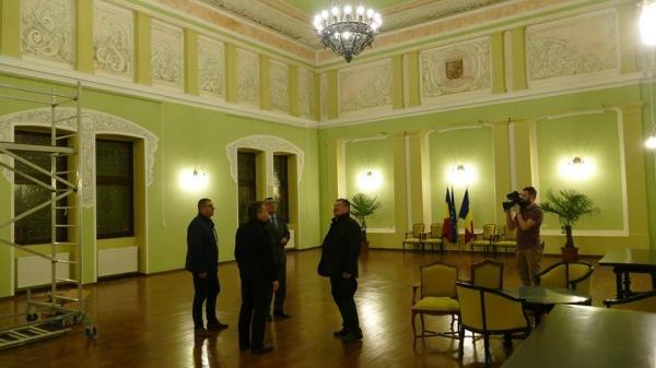 Vicepremierul Paul Stănescu admiră la Primăria Carei Sala Festivă fără simboluri româneşti