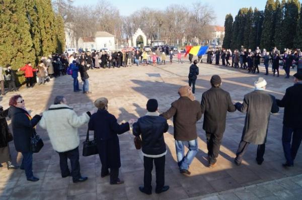 Hora Unirii în faţa Monumentului Ostaşului Român de la Carei