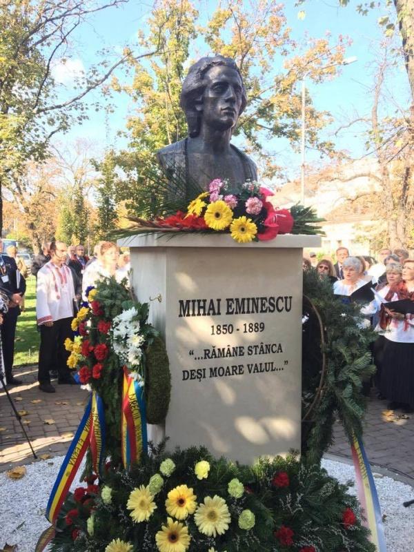 Viceprimarul Keizer promite reflectoare pentru iluminat bustul lui Mihai Eminescu