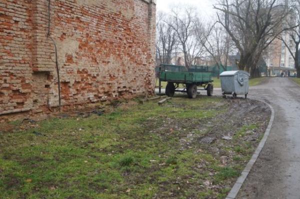 Căruţa din parcul dendrologic a fost mutată pe altă porţiune de  spaţiu verde