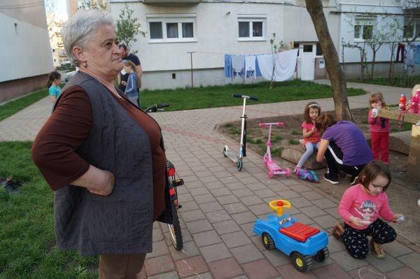 Primăria Carei ridică singura bancă dintr-un grup de blocuri din cartierul Mihai Viteazu