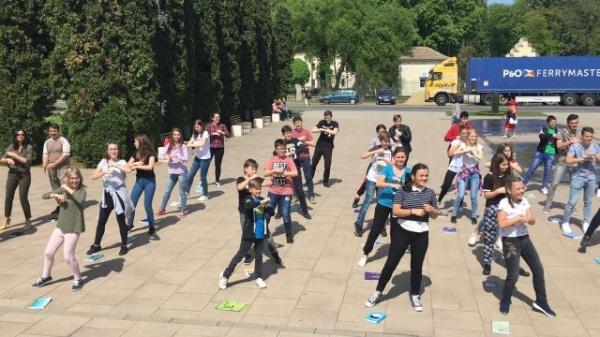 """Flashmob la Carei cu genericul """"Biblioteca e…mobilă !"""""""